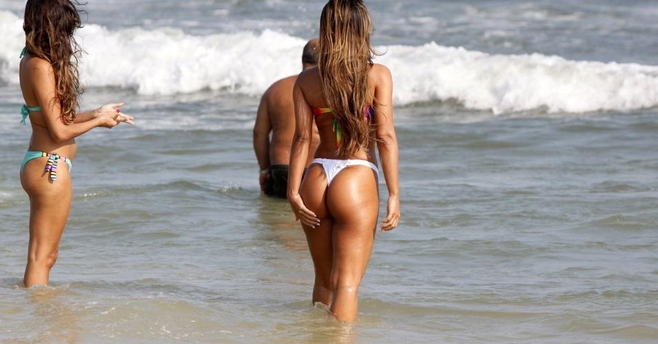 9.mar.2013 - Musa do MMA, Lucilene Caetano curtiu praia na Barra da Tijuca, zona oeste do Rio