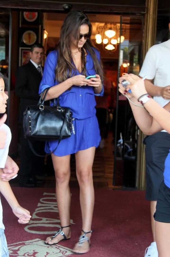 10.mar.2013 - Bruna Marquezine é clicada em um restaurante na zona oeste do Rio