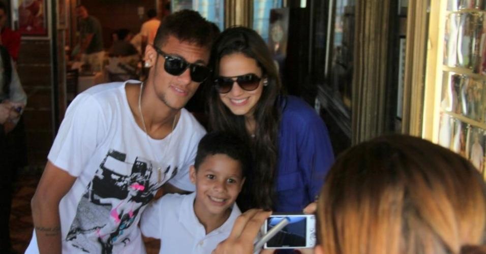10.mar.2013 - Bruna Marquezine e Neymar tiram foto com fã em um restaurante na zona oeste do Rio. O casal assumiu o namoro durante o Carnaval (2013). Desde então, os dois circulam publicamente