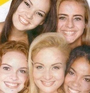 """A atriz Juliana Silveira começou a carreira como assistente de palco de Angélica. Na foto, ela aparece (no alto à direita) ao lado das outras """"angelicats"""", que faziam parte do grupo de ajudantes da loira no programa """"Angel Mix"""", exibido pela TV Globo (1996/1997). À esquerda de Juliana, está Geovanna Tominaga, que hoje é repórter do """"Mais Você"""""""