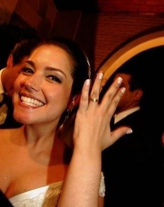17.abr.2009 - Thaís Fersoza é fotografada vestida de noiva e prestes a entrar na igreja para se casar com o então namorado, o ator Joaquim Lopes, em São Paulo. O casamento durou menos de quinze dias e foi alvo de uma polêmica envolvendo a atriz Paola Oliveira. Na volta da lua-de-mel, ele pediu a separação e pouco tempo depois assumiu o namoro com a Paola