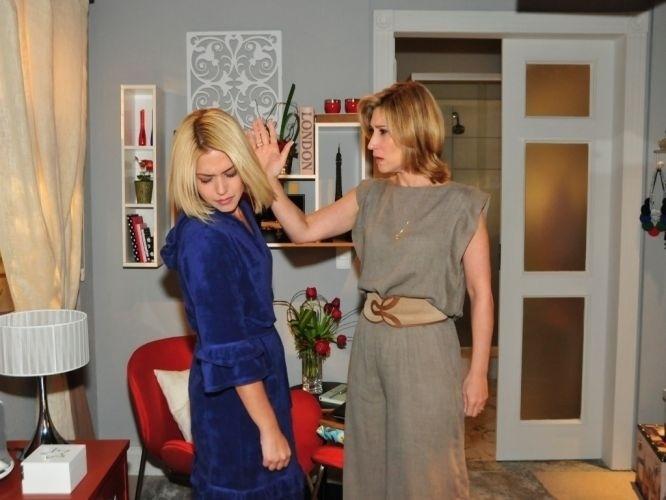 """2011 - Thaís Fersoza no papel da vilã Patrícia, ao lado da atriz Beth Goulart, intérprete de Regina, na novela """"Vidas em Jogo"""" (Record)"""