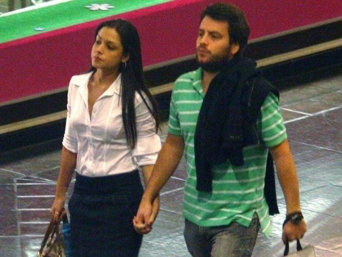 6.jul.2010 - Thaís Fersoza circula de mãos dadas com o então namorado, Dudu Cirelli, em shopping carioca
