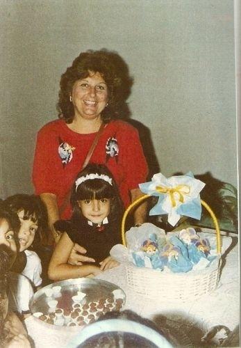Thaís Fersoza nasceu no Rio de Janeiro, em 13 de março de 1984. Na foto, ela aparece pequena em um festa infantil