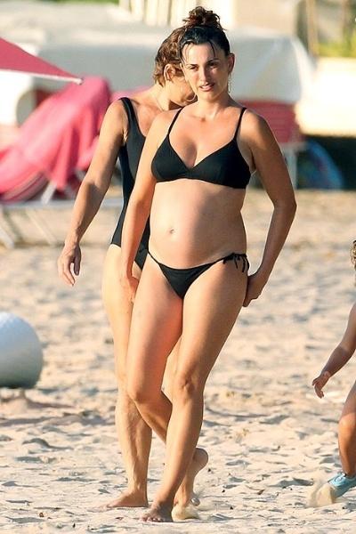 """14.mar.2013 - Penélope Cruz, 38, desfilou sua barriguinha de grávida durante férias em Barbados, no dia 5. A atriz espanhola curtiu férias com a família e ficou hospedada no hotel Sandy Lane Hotel - onde as suítes que ocuparam custaram mais de R$ 2 mil por noite, segundo a revista """"US Magazine"""""""