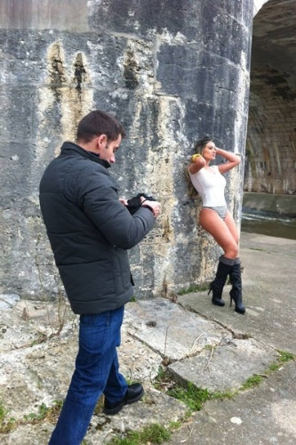 16.fev.2013 - Andressa Urach segue tentando carreira internacional. A segunda colocada no concurso Miss Bumbum de 2012 está na França trabalhando, ou seja, posando para mais um ensaio sensual. Engana-se quem achou que é um trabalho simples: a moça teve que ficar de trajes sumários em pleno inverno europeu