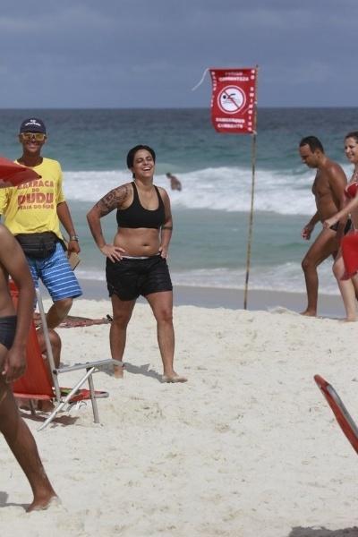 """17.mar.2003 - Thammy Gretchen aproveitou o final de semana para curtir momentos de diversão ao lado de uma amiga na praia. Neste domingo, a atriz voltou a desfilar nas areias da Barra da Tijuca, no Rio, mas trocou a sunga por uma bermuda. Descontraída, Thammy exibiu uma silhueta mais """"cheinha"""""""