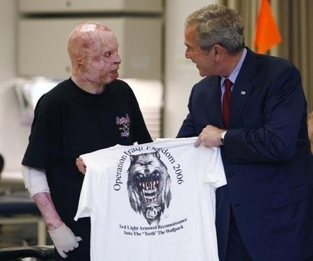 O então presidente George W. Bush posa para foto com Isaac Gallegos, mais um militar norte-americano que foi queimado no Iraque