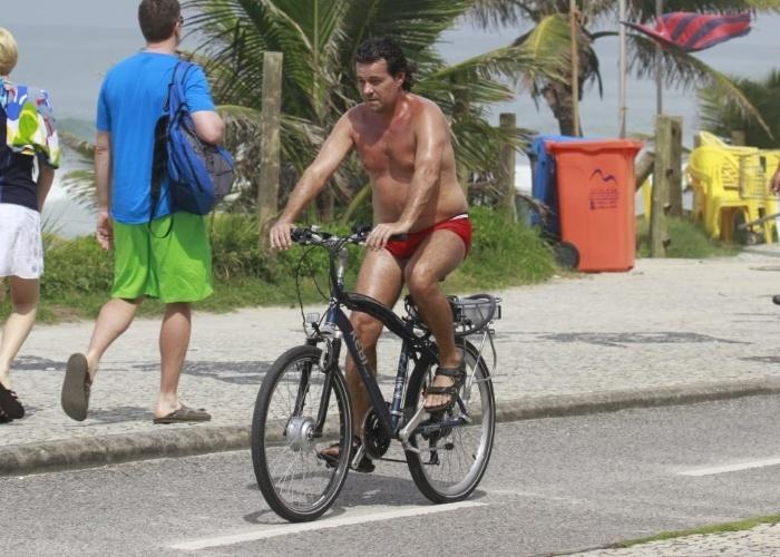 21.mar.2013 - Felipe Camargo exibiu uma barriguinha saliente enquanto pedalava pela orla da praia da Barra da Tijuca, no Rio de Janeiro. Usando apenas uma sunga, o ator pedavala tranquilo e nem percebeu que estava sendo fotografado