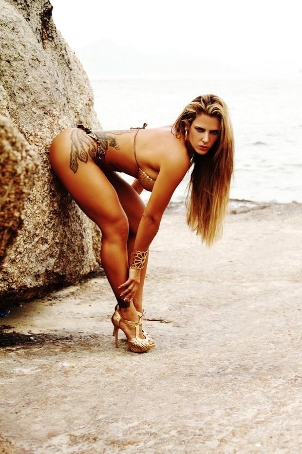 """22.mar.2013 - Denise Rocha abusou na sensualidade durante ensaio fotográfico bem apimentado realizado em uma praia do Rio de Janeiro. A loira, conhecida como """"Furacão da CPI"""", usou biquíni e caprichou nas poses para o editoral de moda praia"""