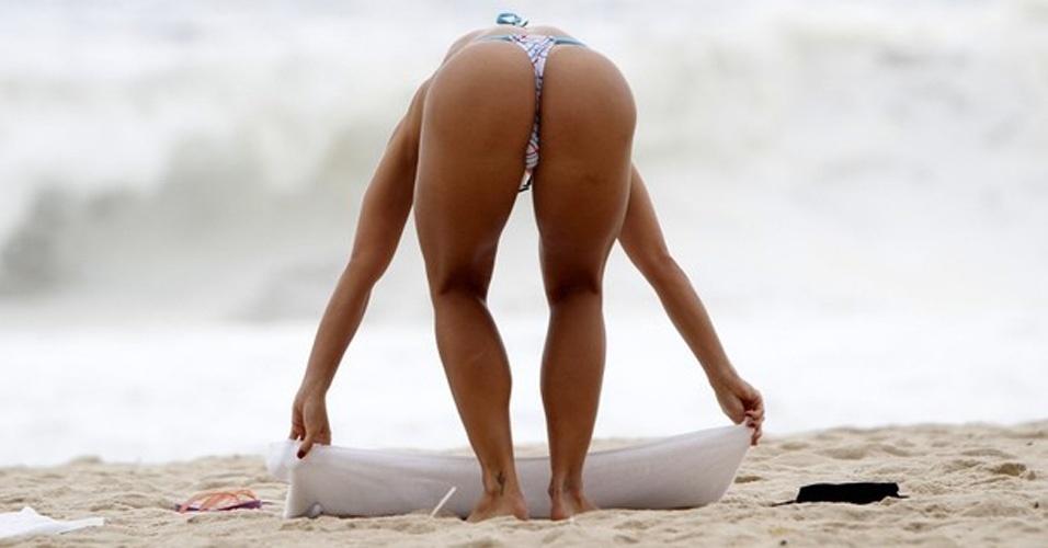 """26.mar.2013 - Graciella Carvalho, apresentadora do programa """"Malícia"""", do Multishow, curtiu as areias da praia do Leblon, no Rio. A vice-Miss Bumbum 2011 chamou atenção por exibir o corpaço em um microbiquíni fio-dental"""