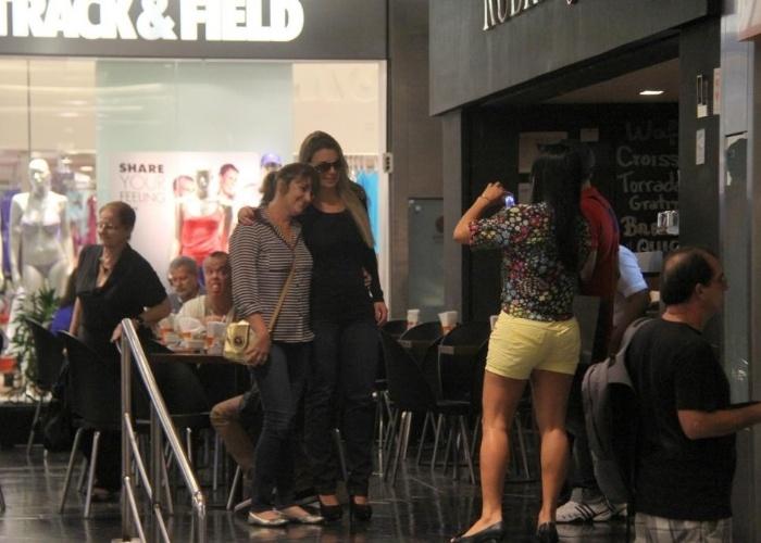 """1.abr.2013 - A campeã do """"BBB13"""", Fernanda Keulla, passeia em shopping da zona oeste do Rio de Janeiro e recebe assédio dos fãs"""