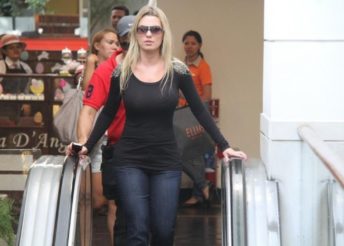 """1.abr.2013 - Fernanda Keulla, vencedora da 13ª edição do """"Big Brother Brasil"""", percebe a presença de fotógrafos enquanto passeio por shopping na zona oeste do Rio de Janeiro"""