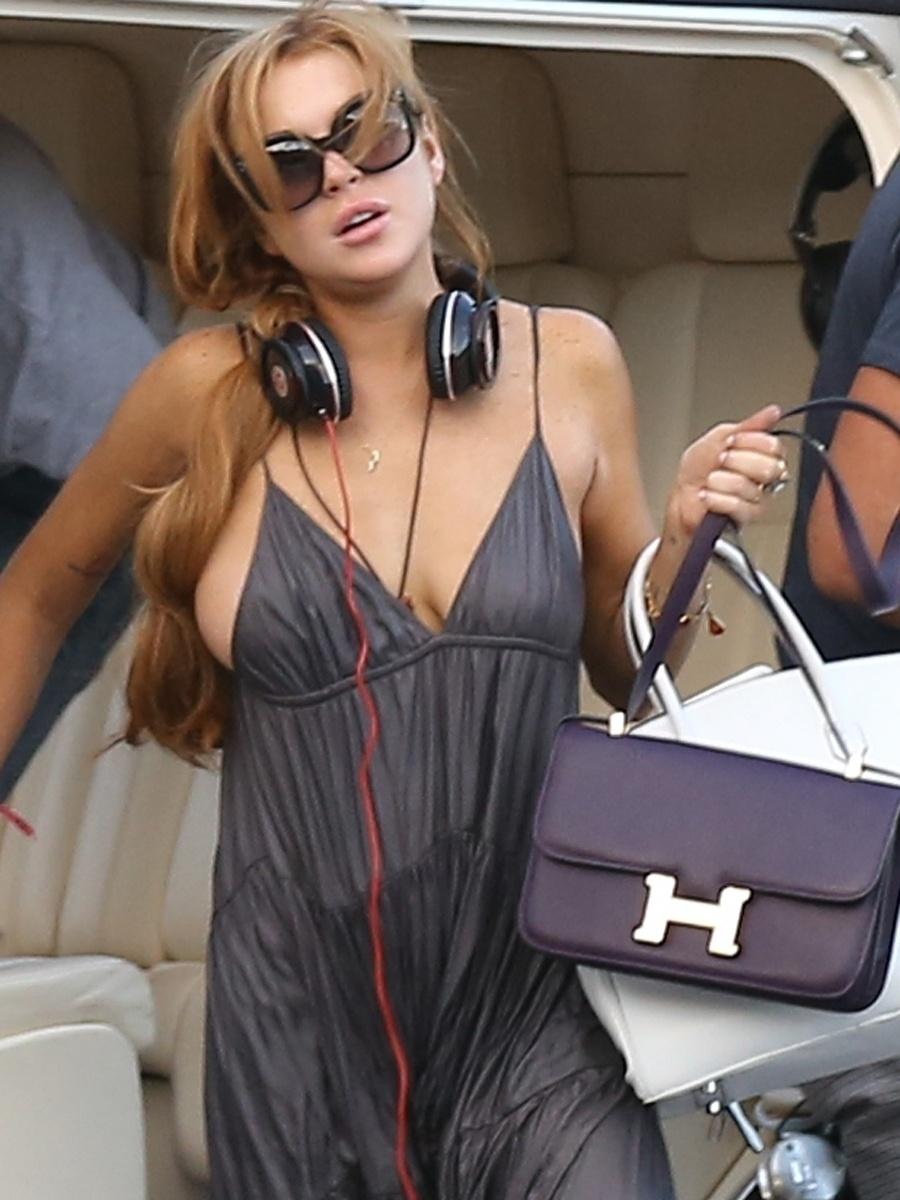 5.abr.2013 - Lindsay Lohan quase mostrou demais durante sua passagem pelo Brasil. De acordo com o site 'Hot Celebs', a atriz foi clicada durante um passeio de helicóptero com boa parte dos seios à mostra. Lindsay esteve no país para participar de uma festa de uma marca de roupa