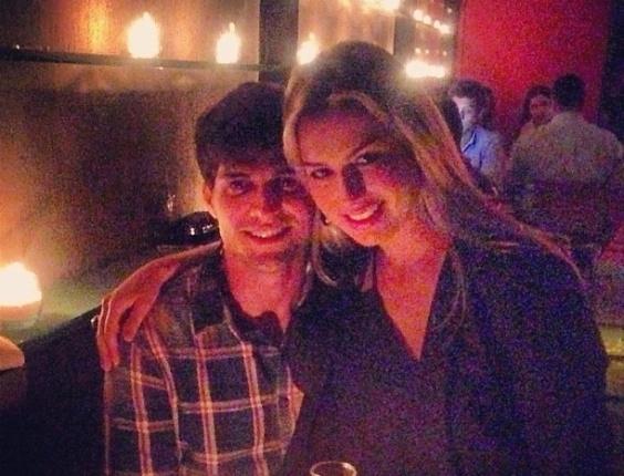 5.abr.2013 - O ex-BBB André Martineli comemorou seu aniversário de 25 anos ao lado da namorada, a campeã do
