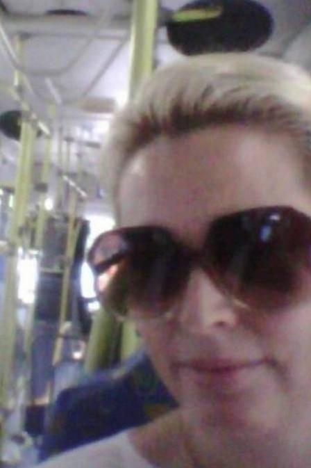 9.abr.2013 - Sem nenhum glamour, a atriz Suzy Rêgo foi trabalhar de ônibus. Sem contrato na TV, ela, que está em cartaz em São Paulo com a peça ?Divórcio?, usou o transporte público para chegar ao trabalho. A própria atriz contou a experiência e mostrou uma foto sua dentro do coletivo em seu Facebook, ?Indo trabalhar. De ônibus. Bom e barato?, declarou ela, recebendo elogios e apoios dos fãs