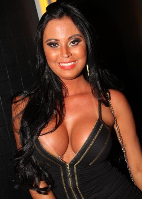 """10.abr.2013 - Lorena Bueri, a Gata do Paulistão 2012, costuma chamar atenção por onde passa e na última semana não foi diferente. A modelo curtiu o show do Mc Koringa na noite do dia 4, em São Paulo, e exibiu um figurino supersexy, mas a gata """"escorregou"""" num detalhe: uma parte do sutiã adesivado ficou à mostra, deixando escapar inclusive o fecho da peça. Se bem que, diante de um decote tão generoso, dificilmente alguém iria reparar nisso..."""