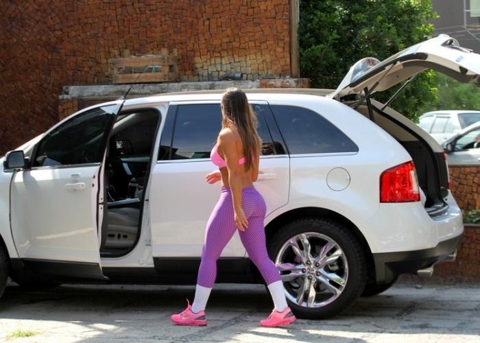 12.abr.2013 - Nicole Bahls deixa mercadinho no Rio de Janeiro após fazer compras. A ex-panicat aparece em público após o suposto abuso cometido contra ela pelo diretor teatral Gerald Thomas, que tentou pôr a mão por baixo de seu vestido em um evento no último dia 10 de abril