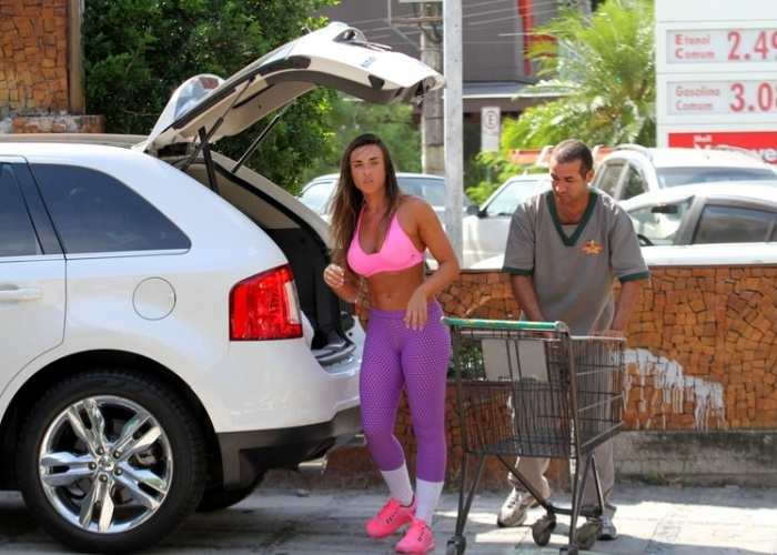 12.abr.2013 - Nicole Bahls guarda compras no carro aps comprar em um mercadinho no Rio de Janeiro. A ex-panicat aparece em pblico aps o suposto abuso cometido contra ela pelo diretor teatral Gerald Thomas, que tentou pr a mo por baixo de seu vestido em um evento no ltimo dia 10 de abril