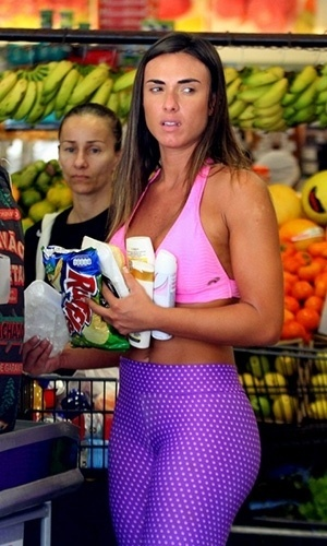 12.abr.2013 - Nicole Bahls vai com roupa de malhao para fazer compras em um mercadinho no Rio de Janeiro. A ex-panicat aparece em pblico aps o suposto abuso cometido contra ela pelo diretor teatral Gerald Thomas, que tentou pr a mo por baixo de seu vestido em um evento no ltimo dia 10 de abril