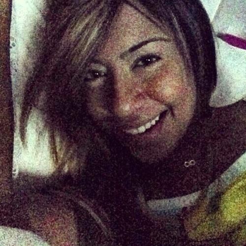 17.abr.2013 - Adepta do Instagram, a irmã de Neymar, Rafaella, postou uma foto na qual aparece deitada na cama e sorrindo.