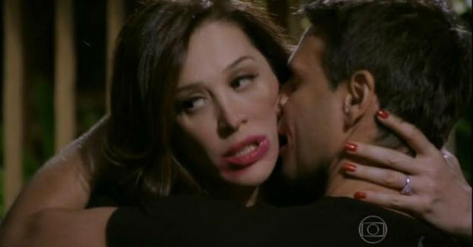 """Para o crítico Maurício Stycer, do UOL, """"Salve Jorge"""" está cada vez mais """"confusa, inverossímil e irritante"""". Em seu blog, Stycer comentou alguns deslizes da trama. """"Um bom exemplo das dificuldades de """"Salve Jorge"""" pode ser visto em uma cena do capítulo de quarta-feira (17). Elcio (Murilo Rosa), o rival de Theo (Rodrigo Lombardi), encontra-se com Livia (Claudia Raia), que o patrocina, no hotel onde ela mora (a grande vilã da novela, uma personalidade famosa, mora em hotel desde o primeiro capítulo). Elcio pede uma bebida e ela diz: """"O frigobar é seu"""". """"Vingativa"""", diz o militar antes de beijá-la. Enquanto se beijam, toca o celular de Livia e ela faz a careta que se vê na imagem acima. O texto da cena é grosseiro e a direção mergulha no exagero. O conjunto é tosco, constrangedor para quem assiste."""