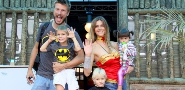 21.abr.2013 - Gêmeos de Fernanda Lima comemoraram aniversário de 5 anos. A família toda estava vestida de super-heróis, pois este era o tema da festinha. Francisco e João são os únicos filhos de Fernanda e Rodrigo Hilbert.