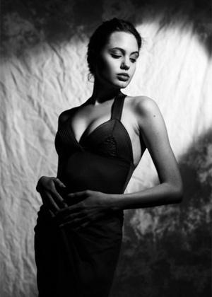 22.abr.2013 - Aos 16 anos, Angelina Jolie jé era linda, como mostram as fotos que caíram na rede. No ensaio, a atriz aparece em poses sensuais na época da adolescência. O rolo de filme havia sido perdido pelo fotógrafo Sean McCalls, mas foi recuperado e só agora, 21 anos depois, as fotos vieram a público