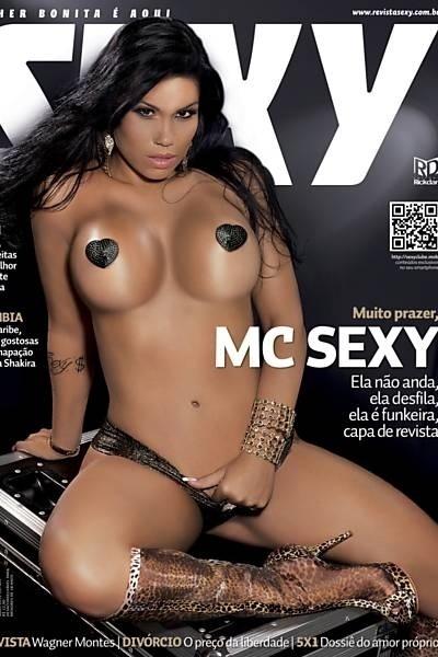 """23.abr.2013 - Karyn Alvys, mais conhecida como MC Sexy, é a capa de maio da revista """"Sexy"""". A morena aparece com adesivos de coração cobrindo os mamilos e bota transparente com estampa de oncinha. Nas imagens de divulgação, Karyn posa com um biquíni dourado nos bastidores de um show. A MC Sexy foi fotografada por Marco Máximo."""
