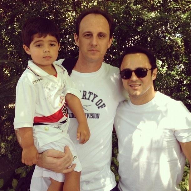 """12.out.2012 - Massa compartilhou no Instagram foto que mostra amizade com o jogador Rogério Ceni. """"Felipinho no colo do brande amigo e ídolo Rogério Ceni"""", escreveu"""