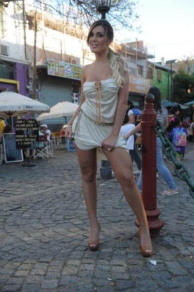 24.abr.2013 - Andressa Urach posa para ensaio realizado no tradicional ponto turístico El Caminito, no bairro La Boca, em Buenos Aires, em Buenos Aires. A beldade se descuidou e deixou a calcinha à mostra durante os cliques