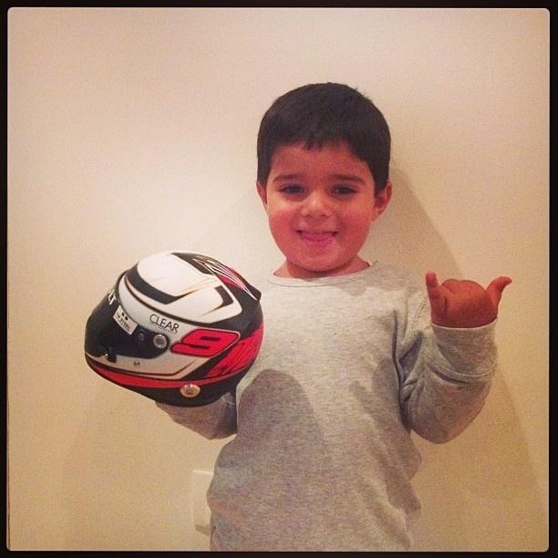 """2.fev.2013 - Felipe Massa postou foto do filho segurando um capacete no Instagram. """"Felipinho também ganhou capacete"""", escreveu o piloto"""