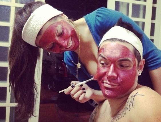 """24.abr.2013 - Com os rostos cobertos por um creme, Andressa e o namorado Nasser fazem graça no Instagram: """"Quarta é dia do que? Dia da Beleza minha gente! Nasser me acompanhando.. Suuuperrr Feliz! :p"""""""