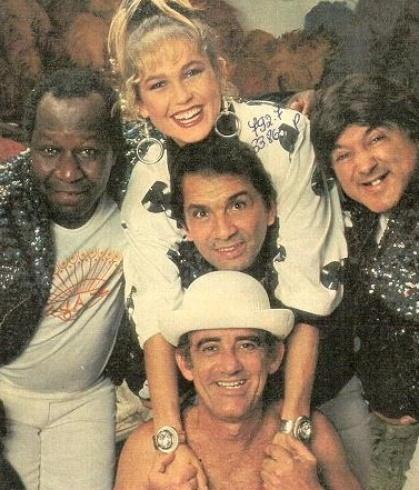 """Mussum, Didi, Dedé e Zacarias posam para foto ao lado de Xuxa, a """"rainha dos baixinhos"""" (1986). A foto foi tirada na tradicional casa de espetáculos e shows """"Scala"""", na Cinelândia"""