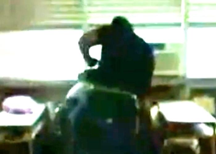 Quarta-feira (8.mai.2013) - Um vídeo que circula na internet mostra um estudante de 14 anos sendo agredido por um professor dentro da sala de aula, em uma escola pública do município de Maricá, região metropolitana do Rio de Janeiro. A agressão, ocorrida no Centro Integrado de Educação Pública (Ciep) 391 - Robson Mendonça Lôu, há cerca de um mês, foi registrada por alunos e divulgada no Youtube.