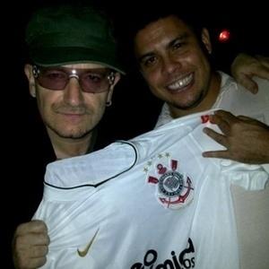 14.abr.2011 - O ex-jogador Ronaldo publicou em seu perfil no Twitter uma foto ao lado do vocalista do U2. Na foto, o músico irlandês aparece segurando uma camisa do Corinthians junto com o jogador