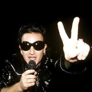 """1993 - Bono canta e faz o sinal da paz em show do U2 na turnê """"Zoo TV"""", na Austrália"""