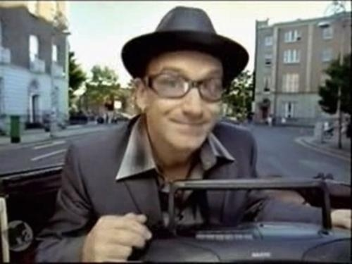 """1998 - Imagem do clipe """"The Sweetest Thing"""", no qual Bono pede desculpas à esposa por ter se esquecido do aniversário dela"""