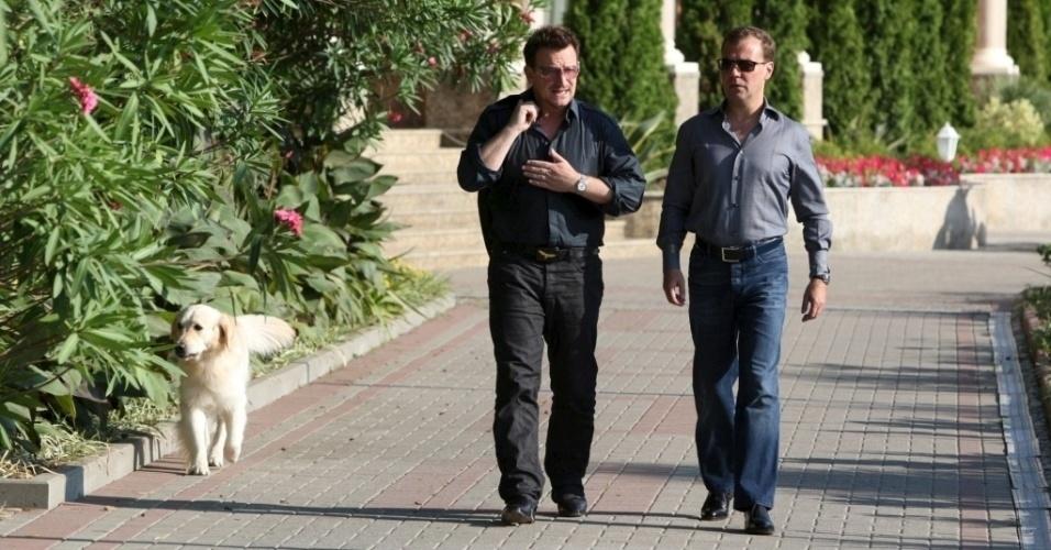 24.ago.2010 - Bono, do U2, e o então presidente russo Dmitry Medvedev na residência de verão do político, no Mar Negro. O cantor costuma conversar com os líderes dos países que visita para discutir questões humanitárias