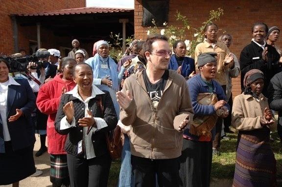 25.mai.2006 - Preocupado com a questão da fome na África, o cantor iniciou, em 2006, um giro por vários países do continente africano. Na foto, Bono conhece uma comunidade carente em Gana