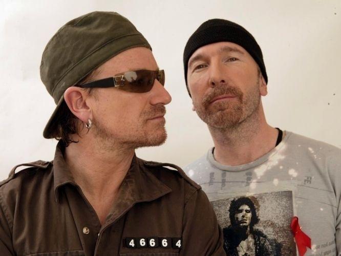 29.nov.2003 - Bono e The Edge posam para foto em evento realizado na África do Sul