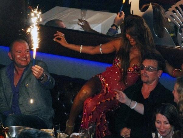 """5.set.2010 - Bono visitava a Turquia quando recebeu uma """"surpresa"""". Uma bailarina se apresentou dançando sensualmente perto do cantor, que se mostrou um pouco assustado"""