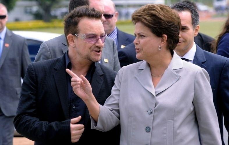 8.abr.2011 - A presidente Dilma Rousseff recebe a visita do cantor Bono no Palácio da Alvorada, em Brasília. Na conversa com Dilma, o vocalista do U2 falou de ações de combate à Aids e de erradicação da pobreza e demonstrou interesse em conhecer programas de combate à pobreza no Brasil
