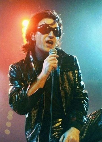 """1992 - Bono se apresenta como seu alter ego """"The Fly"""". Ele interpretava o personagem durante apresentações em Dublin"""