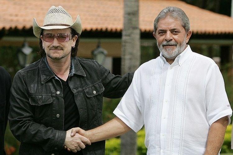"""Fev.2006 - Durante a turnê """"Vertigo"""", Bono veio ao Brasil para apresentações e conversou com o então presidente Lula sobre assuntos de cunho social"""