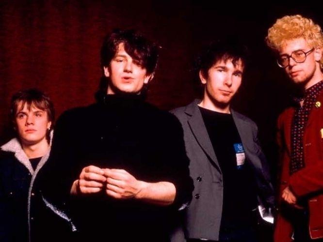 O U2 surgiu no ano de 1976. Na foto, os integrantes ainda bem novos: no centro estão Bono (vocalista e guitarrista) e The Edge (guitarrista, pianista e backing vocal). O grupo é original de Dublin, capital irlandesa. A banda também é formada por Adam Clayton (baixista, que aparece à dir.) e Larry Mullen Jr. (baterista e percussionista)