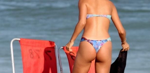 11.mai.2013 - A atriz Pérola Faria aproveitou o sol na praia da Barra da Tijuca, no Rio de Janeiro
