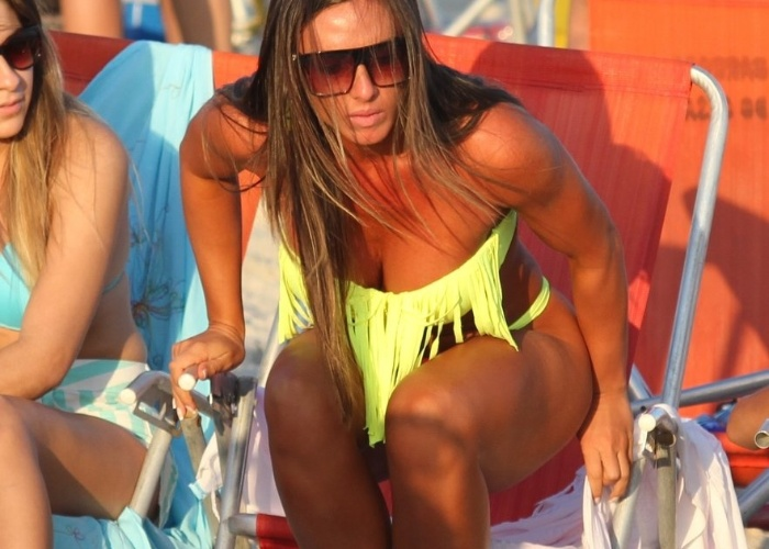 11.mai.2013 - Nicole Bahls aproveitou o fim de tarde na praia da Barra da Tijuca, no Rio de Janeiro, com amigos.
