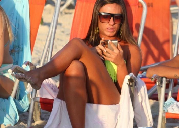 11.mai.2013 - Nicole Bahls aproveitou o fim de tarde na praia da Barra da Tijuca, no Rio de Janeiro, com amigos