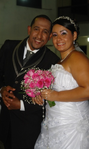 """Alessandra Bizarelli Batista Batista e Carlos Alan Cardoso Batista se casaram em 14 de julho de 2012. """"Na época da paquera, já fazíamos planos e decidimos nos casar em três anos. Foi o que aconteceu"""", relata a noiva."""